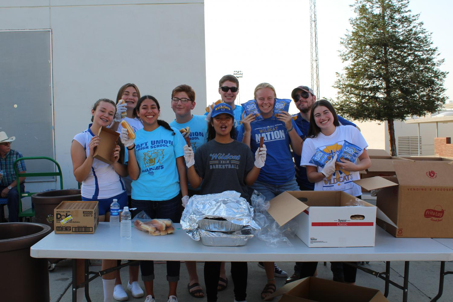 Student+volunteers+served+a+hot+dog+dinner.