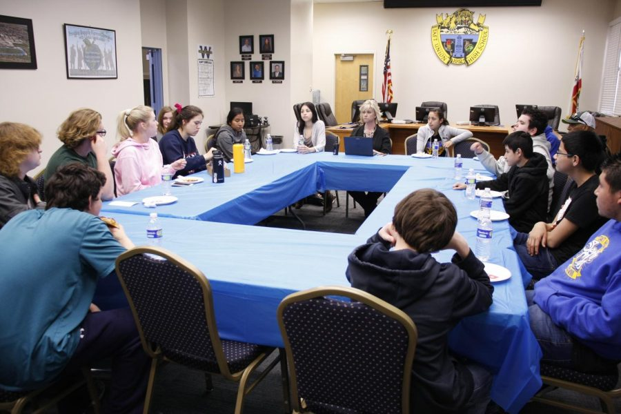 Students+discuss+concerns+and+ideas+at+Pizza+with+Principal+Mary+Alice+Finn.