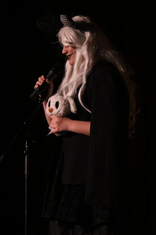 Destiny Shelley performing