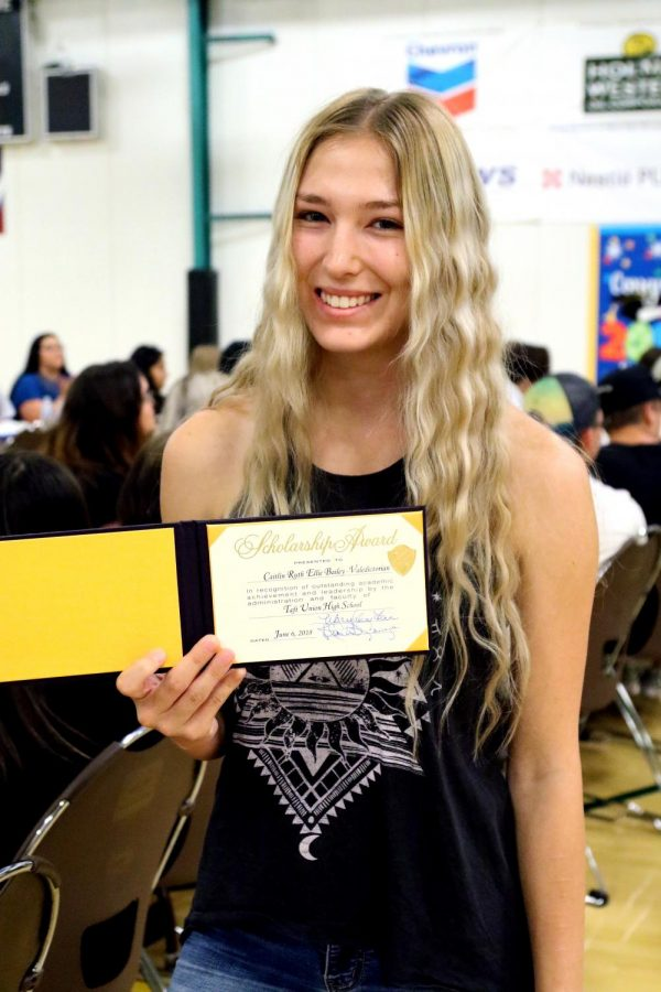 Caitlin+Bailey+received+her+certificate+for+achieving+Valedictorian+of+the+Class+of+2018+with+a+G.P.A.+of+4.37.